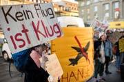 Jugendliche demonstrieren während der Frühjahrssession vor dem Bundeshaus in Bern. (KEYSTONE/Alessandro della Valle)