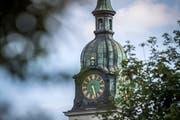 Die Uhr am Turm der katholischen Kirche Weinfelden. (Bild: Reto Martin)