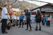 Peter Würsch (in der blauen Jacke) präsentiert dem Filmteam die Trichler. (Bild: Eveline Beerkircher (Emmetten, 21. März 2019))