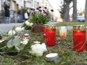 Blumen und Kerzen am Tatort in Basel, wo ein siebenjähriger Schulbub Opfer eines Tötungsdelikts wurde. Bei der mutmasslichen Täterin, einer 75-jährigen Frau, bestehen Zweifel an der Schuldfähigkeit. (Bild: Keystone/GEORGIOS KEFALAS)
