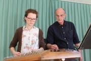 Franziska Herger aus Bürglen spielt mit ihrem Musiklehrer Albin Rohrer auf dem Hackbrett südamerikansiche Rhythmen. (Bild: Markus Zwyssig, Altdorf, 20. März 2019)