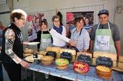 Die Lungerer Käseherstellerin Hedy Ming und Hauswirtschaftslehrerin Yvette Windlin (Bildmitte) präsentieren mit Lorena und Adrian das Käsebuffet. (Bilder: Romano Cuonz (Lungern, 21. März 2019)