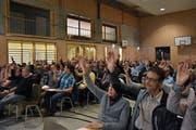Die Bürgerversammlung von Bütschwil-Ganterschwil in der Sporthalle in Ganterschwil war gut besucht. (Bild: Anina Rütsche)