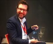 Selma-Finance-CEO Patrik Schär mit dem Award. (Bild: PD)