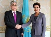 Der kasachische Interimspräsident Kassym-Jomart Tokayev mit Dariga Nasarbajewa. (Bild: AP, Astana, 20. März 2019)
