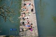Auf dem Steg am Mannenweier: Sonnenbaden kann man dank des wunderschönen Wetters bereits jetzt wieder. Offiziell eröffnet wird die Badesaison aber in allen Stadtsanktgaller Freibädern am Samstag, 11. Mai. (Bild: Urs Bucher - 7. Mai 2016)