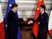 Schliessen sich Chinas umstrittener Seidenstrassen-Initiative an: Italiens Premierminister Giuseppe Conti begrüsst den chinesischen Präsidenten Xi Jinping. (Bild: KEYSTONE/AP/ANDREW MEDICHINI)