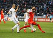 2:0-Torschütze Denis Zakaria (in Rot) kämpft um den Ballbesitz – links Ex-FC-Luzern-Spieler Valerian Gwilia. (Bild: Zurab Kurtsikidze/Keystone, Tiflis, 23. März 2019)