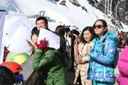Einige chinesische Zuschauer verfolgten das Rennen am Pistenrand.