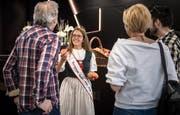 Die Thurgauer Apfelkönigin Melanie Maurer verteilt bei Lidl Äpfel an die Besucher des Tags der offenen Tür. (Bild: Reto Martin)
