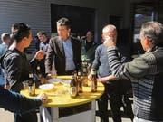 Robin T. Alder (Zweiter von links) mischt sich während des Apéros am Fest ungezwungen unter die Mitarbeitenden. (Bild: Urs Nobel)