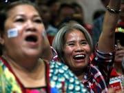 Verfrühte Freude? Anhängerinnen der Oppositionspartei Pheu Thai jubeln im Hauptquartier in Bangkok. Die Partei des Putschgenerals Chan-Ocha liegt vorne. (Bild: KEYSTONE/EPA/RUNGROJ YONGRIT)