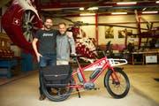 Samuel Weishaupt und Benno Bänziger mit dem Benno Bike, das exklusiv für die Air Zermatt angefertigt wurde. (Bild: PD)