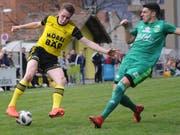 Altdorfs Pirmin Baumann (am Ball) schiesst gegen Eschenbach den Treffer zum 3:0. (Bild: Urs Hanhart, Altdorf, 17. März 2019)
