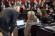 Die Grünen Kantonsräte Andreas Hofer (stehend), Monique Frey und Rahel Estermann hoffen auf Sitzgewinne am kommenden Sonntag. (Bild: Nadia Schärli, Luzern, 28. Januar 2019)