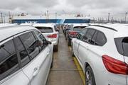 Deutsche Autos warten am Hafen von Bremerhaven auf ihren Export nach Übersee. Die USA drohen der EU mit Strafzöllen auf Autos. (Bild: Ulrich Baumgarten/Getty)