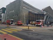 Wegen eines Wasserrohrbruchs im Bahnhof Luzern kam auch die Feuerwehr der Stadt Luzern zum Einsatz. (Bild: Matthias Piazza, 25. März 2019)
