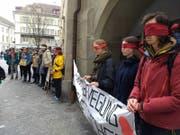 Bei der stillen Demonstrationen tragen die Jugendlichen Augenbinden. (Bild: Roseline Troxler, 25. März 2019)