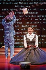Lyrik als «Flaschenpost»: Manfred Böll und Johanna Köster in «Die collagierte Zeit». (Bild: Anja Köhler)