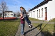 Eine typische Musical-Haltung: Die beiden Lehrpersonen Seraina Stark und Simon Bächtiger spielen im Musical «Hairspray» die Hauptrollen. (Bild: Tobias Söldi)