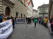 Jugendliche demonstrieren still vor dem Luzerner Regierungsgebäude. (Bild: Roseline Troxler, 25. März 2019)