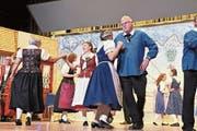 In prächtigen Rheintaler Sonn- und Werktagstrachten wirbelten die Tanzpaare über die Progy-Bühne. (Bild: Max Pflüger)