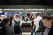 Pendler warten abends im Bahnhof Museumstrasse im Zürcher HB auf eine S-Bahn. (Bild: Gaëtan Bally/Keystone (29. September 2009)