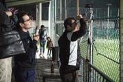Improvisation auf der Tribüne. Yacine und Wacyl Azzouz vom Vorstand des FA Raetia filmen und kommentieren das Spiel gegen den Vatikan. (Bild: PD)