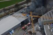 Wie verheerend das Feuer in der Lagerhalle gewütet hat, wird aus der Luft ersichtlich. (Bild: Kapo SG)