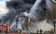 Am Dienstagnachmittag kurz vor 12.45 Uhr ist das Feuer in der Lagerhalle ausgebrochen. (Bild: Instagram/8716.ch)