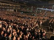 Trotz Stühlen steht das Publikum in Zürich. (Foto: Martin Oswald)