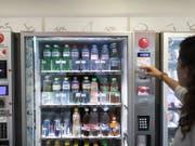 Selecta protestiert mit dem «Rauswurf» von Coca-Cola-Produkten gegen die Preispolitik des Unternehmens. (Bild: KEYSTONE/GAETAN BALLY)