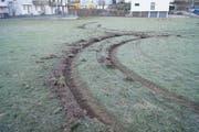 Die Fahrt über den Rasen hat tiefe Spuren hinterlassen.