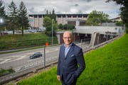 Olma-Direktor Nicolo Paganini zeigt die Stelle, wo die St.Galler Stadtautobahn für den Neubau der grossen neuen Olma-Halle in den nächsten Jahren überdeckt werden soll. (Bild: Urs Bucher - 19. September 2017)