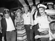 Michel Bacos, der «Held» des Terror-Dramas in Entebbe, (3.v.l.) nach der Flugzeugentführung im Jahr 1976. (Bild: KEYSTONE/AP)