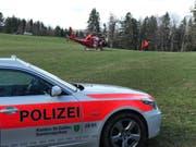 Die Rega flog den verletzten Mann vom Winzenberg in Lütisburg ins Spital. (Bild: Kapo)