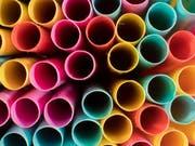 Trinkhalme und andere Wegwerfprodukte aus Kunststoff sollen in Europa künftig verboten werden. Das entschied das EU-Parlament. (Bild: KEYSTONE/DPA/JULIAN STRATENSCHULTE)