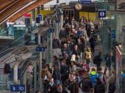 Zugpendlerinnen und-pendler im Bahnhof Bern: Schweizer öV-Verbände fordern Massnahmen, um den öV-Anteil im gesamten Personenverkehrsaufkommen nach der Stagnation wieder auf Wachstumskurs zu bringen. (Bild: KEYSTONE/ALESSANDRO DELLA VALLE)