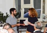 Gemeinderätin Isabelle Denzler bedankt sich beim syrischen Flüchtling Rami Msallam für dessen Auftritt. (Bild: Christoph Heer)