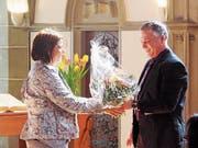 Kirchenpräsident Felix Schumacher verabschiedete an der Bürgerversammlung Yvonne Staub. (Bild: pd)