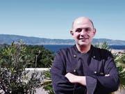 Anti-Mafia-Koch Filippo Cogliandro auf der Dachterrasse seines Restaurants in Reggio Calabria. Im Hintergrund erkennt man Sizilien. (Bild: Emiliano Barbucci)