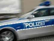 Die deutsche Polizei stand mit mehreren Hundert Beamten im Einsatz, um die rivalisierenden Fussballfans auseinanderzubringen. (Bild: KEYSTONE/AP/SVEN KAESTNER)