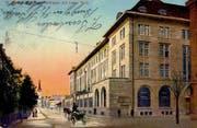 Die St.Galler Hauptpost entstand 1911 bis 1915 als Ersatz für einen Vorgängerbau, der auf dem Kornhausplatz stand. Geplant wurde sie gemeinsam mit dem neuen Hauptbahnhof. Der Neubau ersetzte auf sumpfigem Baugrund eine spätklassizistische Häuserzeile mit grosszügigen Gartenanlagen. Im Hintergrund ist der Turm der Kirche St.Leonhard zu sehen. Links, dort wo heute der Neumarkt steht, fällt die grosszügige Ausstatung der Vorgärten mit Bäumen auf. (Bild: Sammlung Reto Voneschen)
