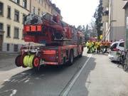 Feuerwehreinsatz im Haus Rosenbergstrasse 68. Feuerwehr und Polizei konnten die Liegenschaft durch den Hintereingang von der Greifenstrasse her betreten. Darum wurde der Verkehr auf der Rosenbergstrasse selber durch den Mottbrand vom Mittwoch nicht beeinträchtigt. (Bild: Raphael Rohner - 27. März 2019)