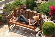 Auch die Gartenmöbel können bei der Zeitumstellung helfen. (Bild: Fotolia)