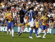 GC-Torhüter Fabio Coltorti springt in der 93. Minute am Ball vorbei. Der weite Ball von Mario Cantaluppi landet zum 3:3 im Tor. (Bild: Urs Flüeler/Keystone, 12. August 2007)