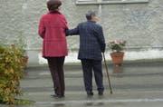 Mit einem älteren Menschen Zeit verbringen und gemeinsam einen Spaziergang machen, ist für den Senior wie auch für die Begleitperson eine Bereicherung. (Bild: Chris Mansfield)