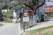 Die Gemeinde Neckertal hat die neuen 40er-Tafeln in Nassen montiert. (Bild: Urs M. Hemm)