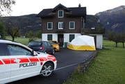 In diesem Haus im Ibächler Grossstein wurden im Oktober 2014 eine damals 44-jährige Frau und ihr 35-jähriger Lebenspartner überfallen und mit Schüssen zum Teil schwer verletzt. (Bild: Geri Holdener / Bote der Urschweiz)