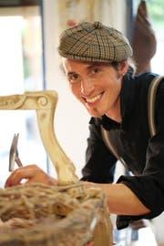 Simon Toblers Leidenschaft ist das Polstern von Möbeln. (Bild: PD)